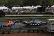 Felix  Rosenqvist vliegt in de lucht in de startcrash op het Barber Motorsports Park