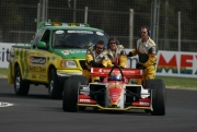 Het Champcar Safety team duwt Nelson Philippe aan
