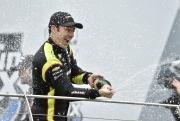 Pagenaud spuit champagne na het winnen van de INDYCAR Grand Prix