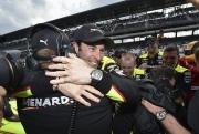 Simon Pagenaud viert zijn eerste Indy 500 pole met zijn crew
