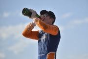 Scott Dixon vier zijn overwinning met champagne op Belle Isle Park