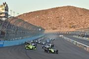 Sebastien Bourdais leidt bij de start van de race op ISM Raceway